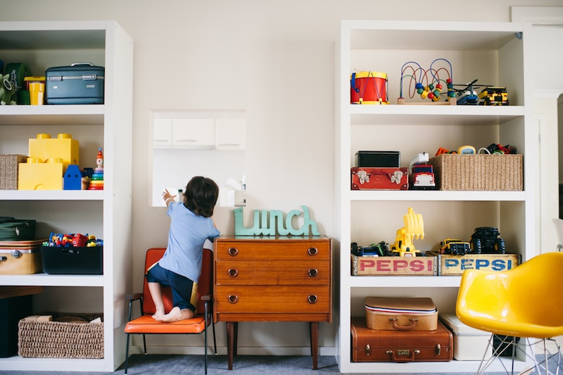 Bookcase to hold and organize toys