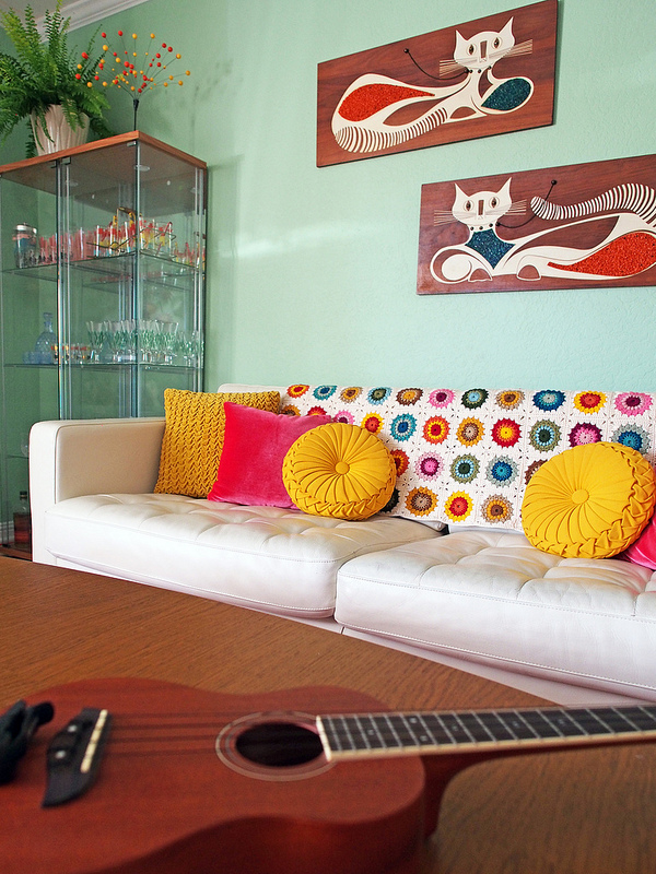 Such a fun, colorful room!