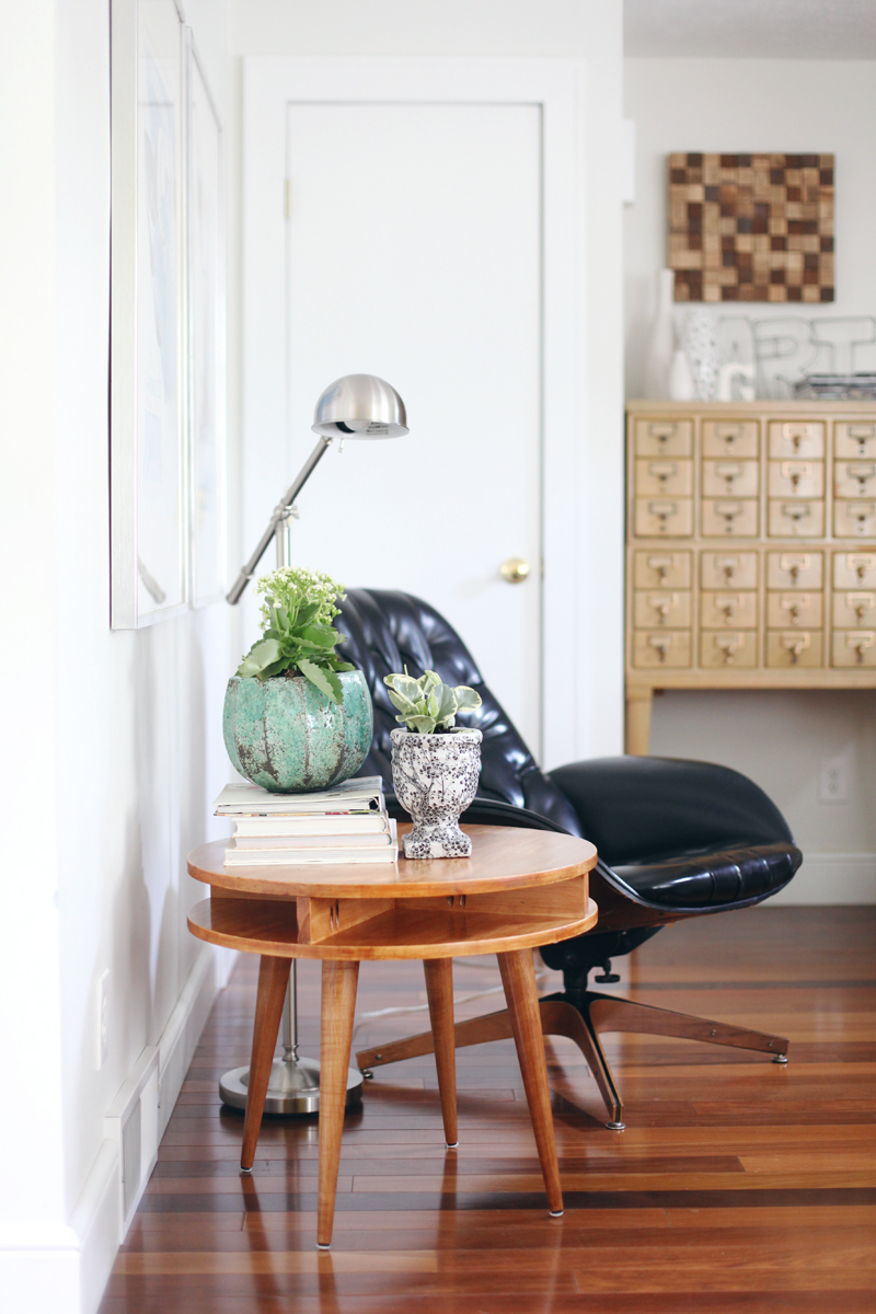 Build this mid century modern table yourself! Click through for instructions.