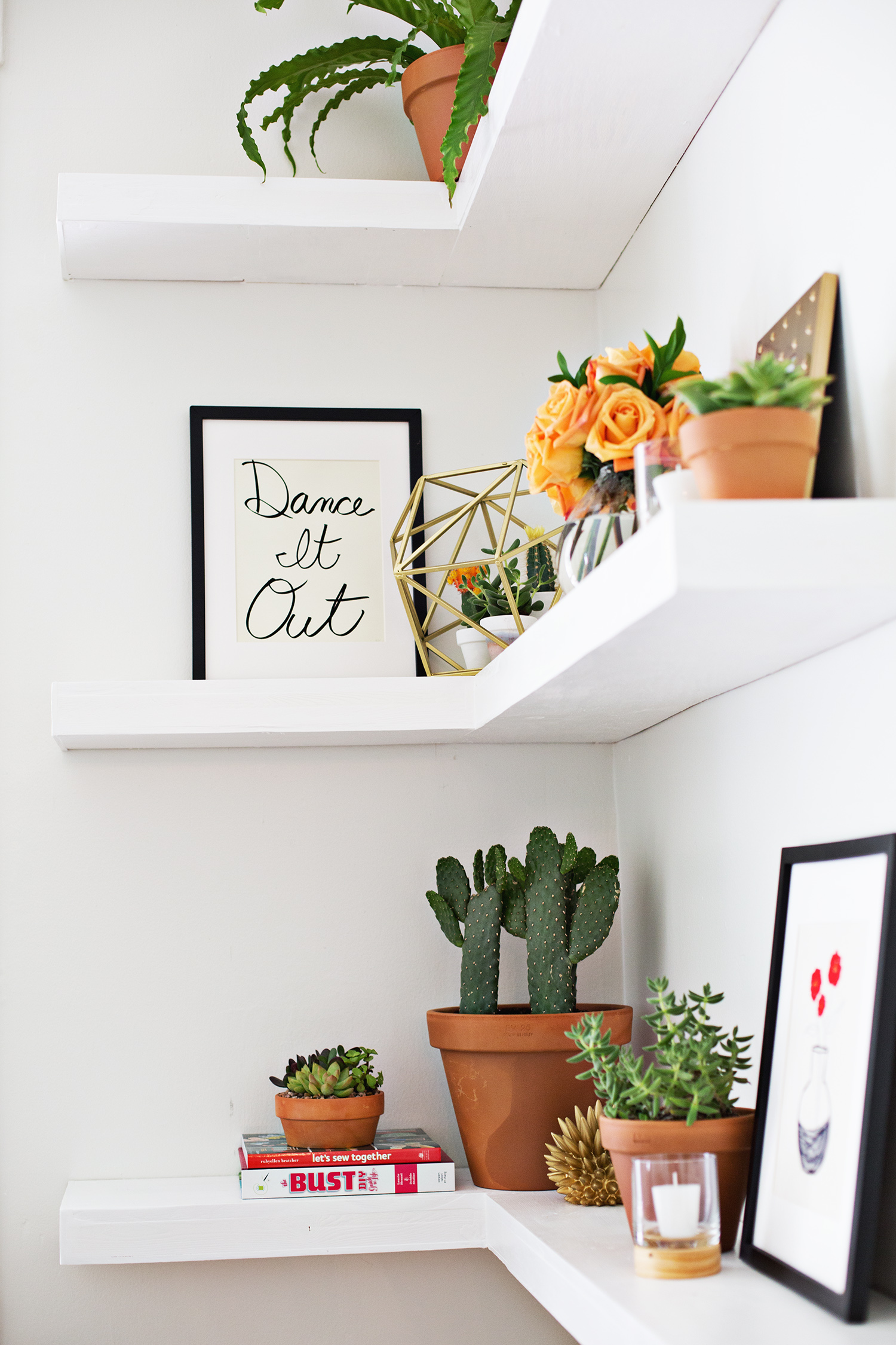 DIY floating shelves (click through for instructions)
