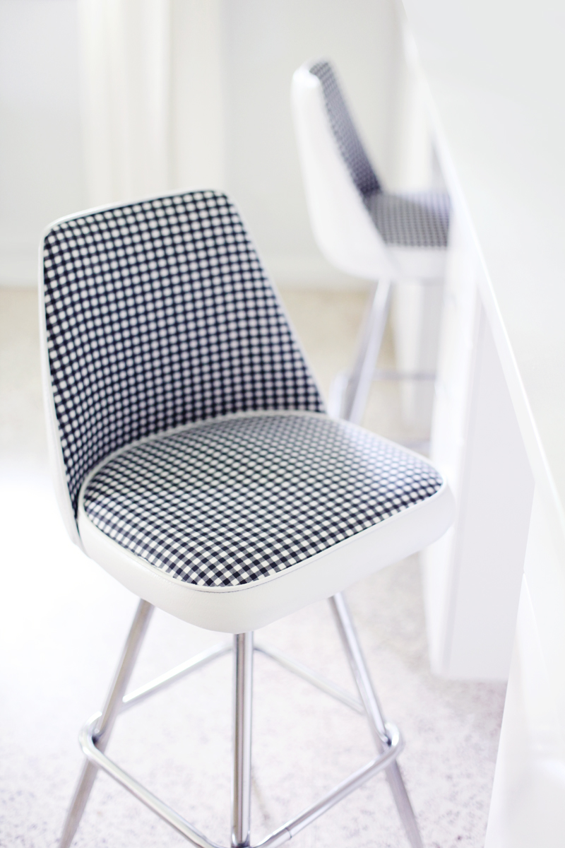Give an old vinyl chair a facelift! Click through for makeover details.