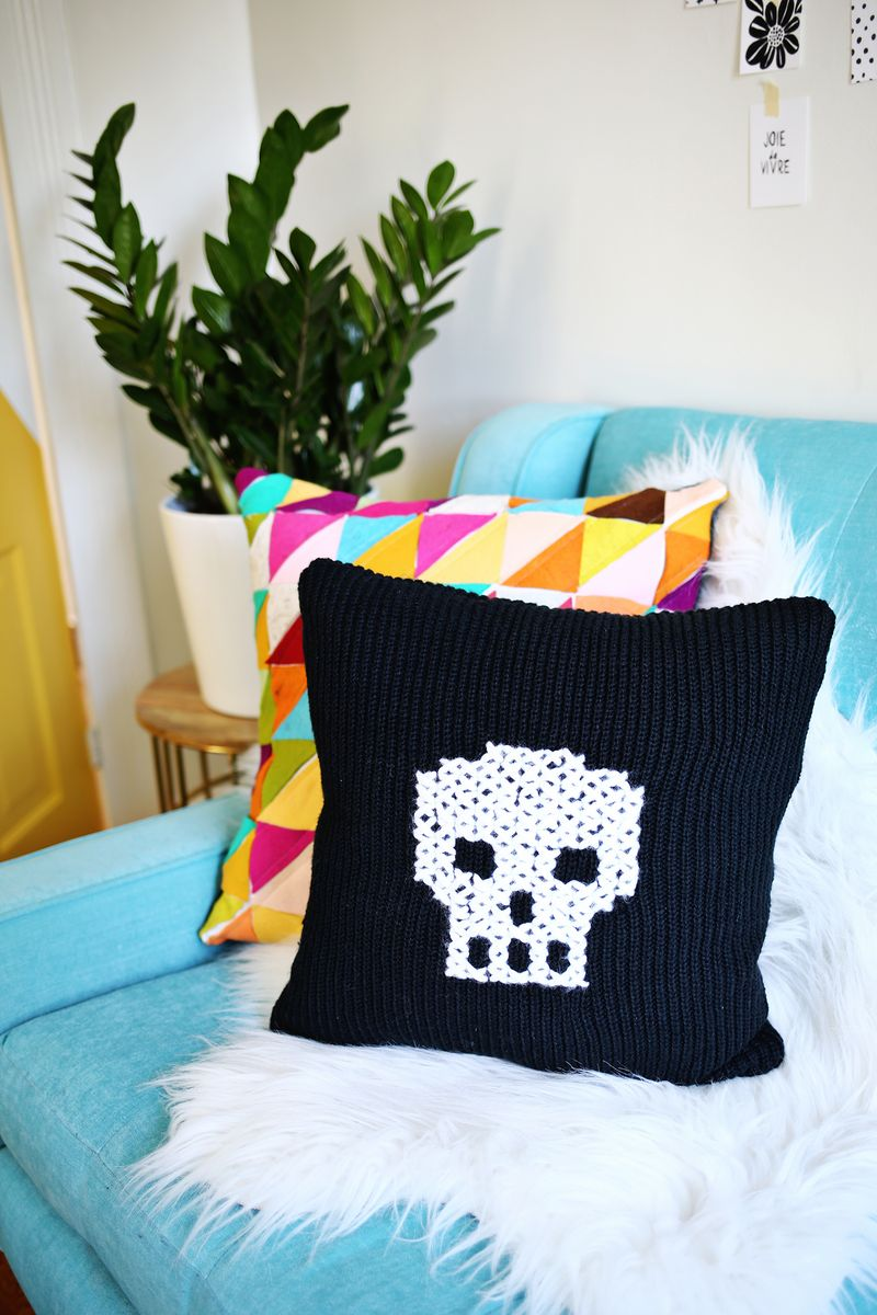 Have an old sweater? Make this cute skull pillow with it! (click through for tutorial)