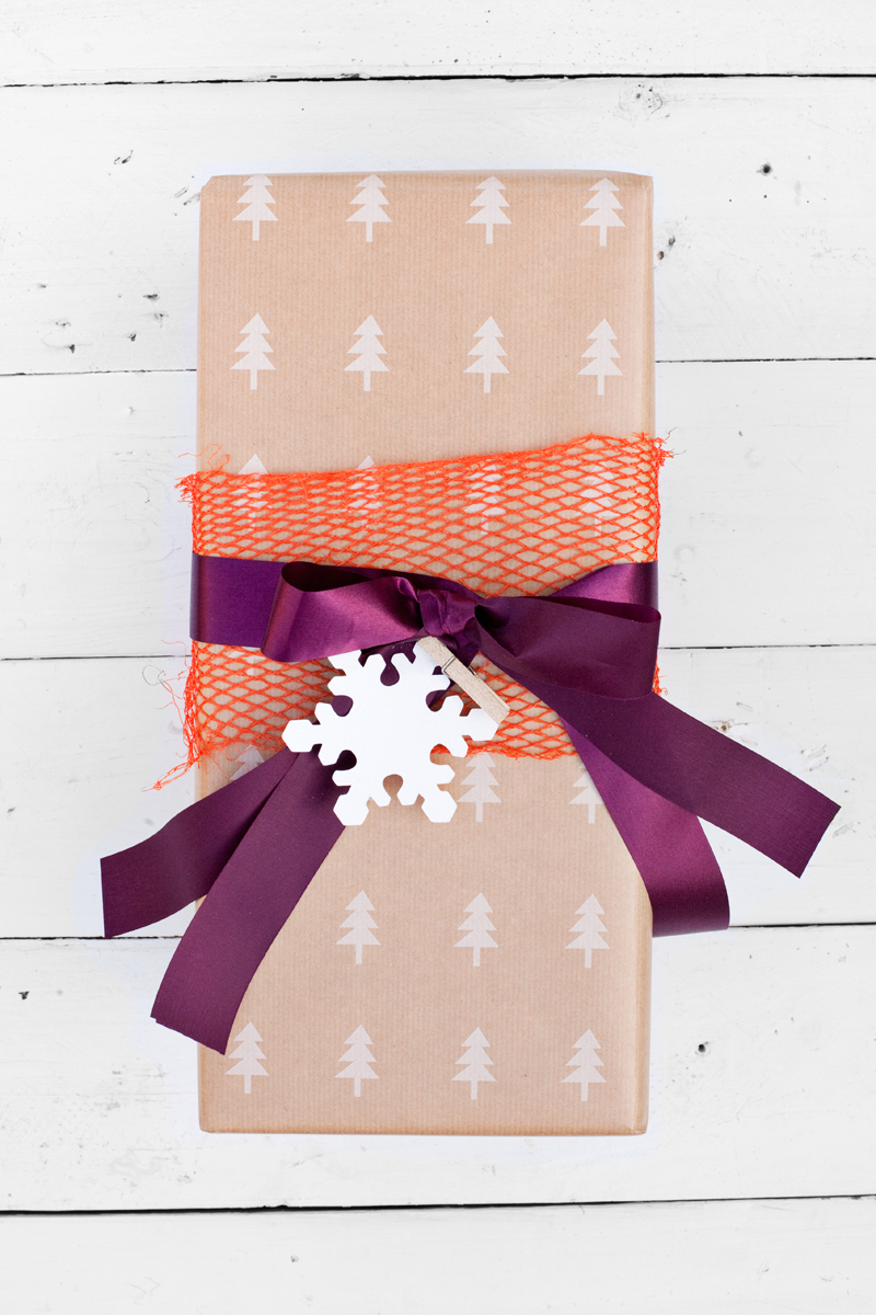 Use produce packaging mesh to decorate gifts!