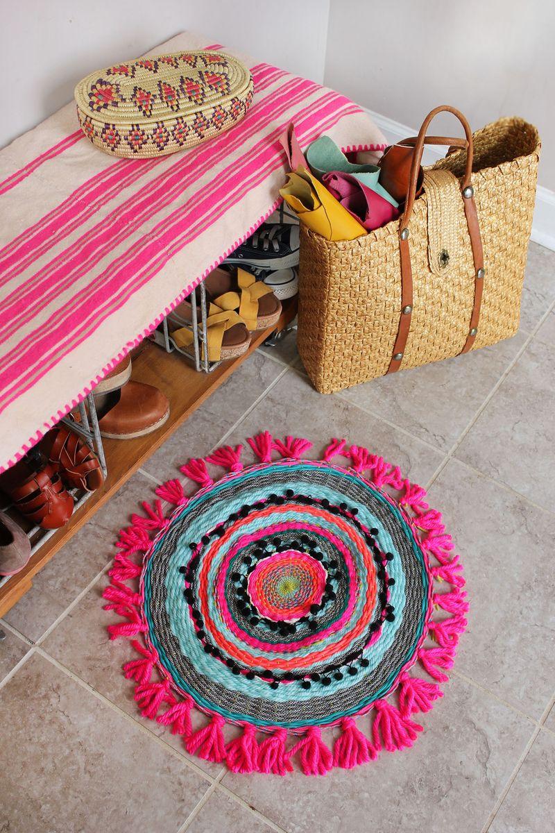 Teje una alfombra circular con flecos para tu espacio favorito.  Obtenga el tutorial completo en www.aBeautifulMess