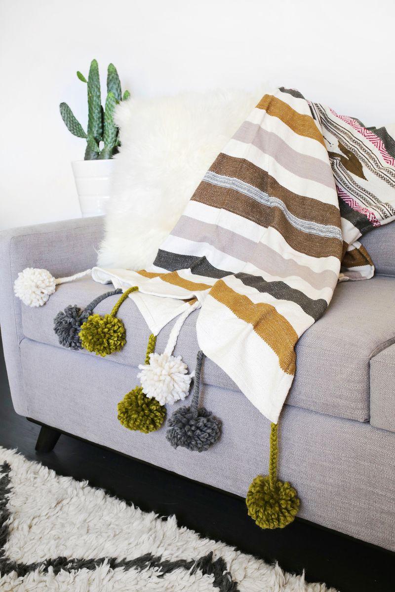 make your own pom pom blanket click through for tutorial