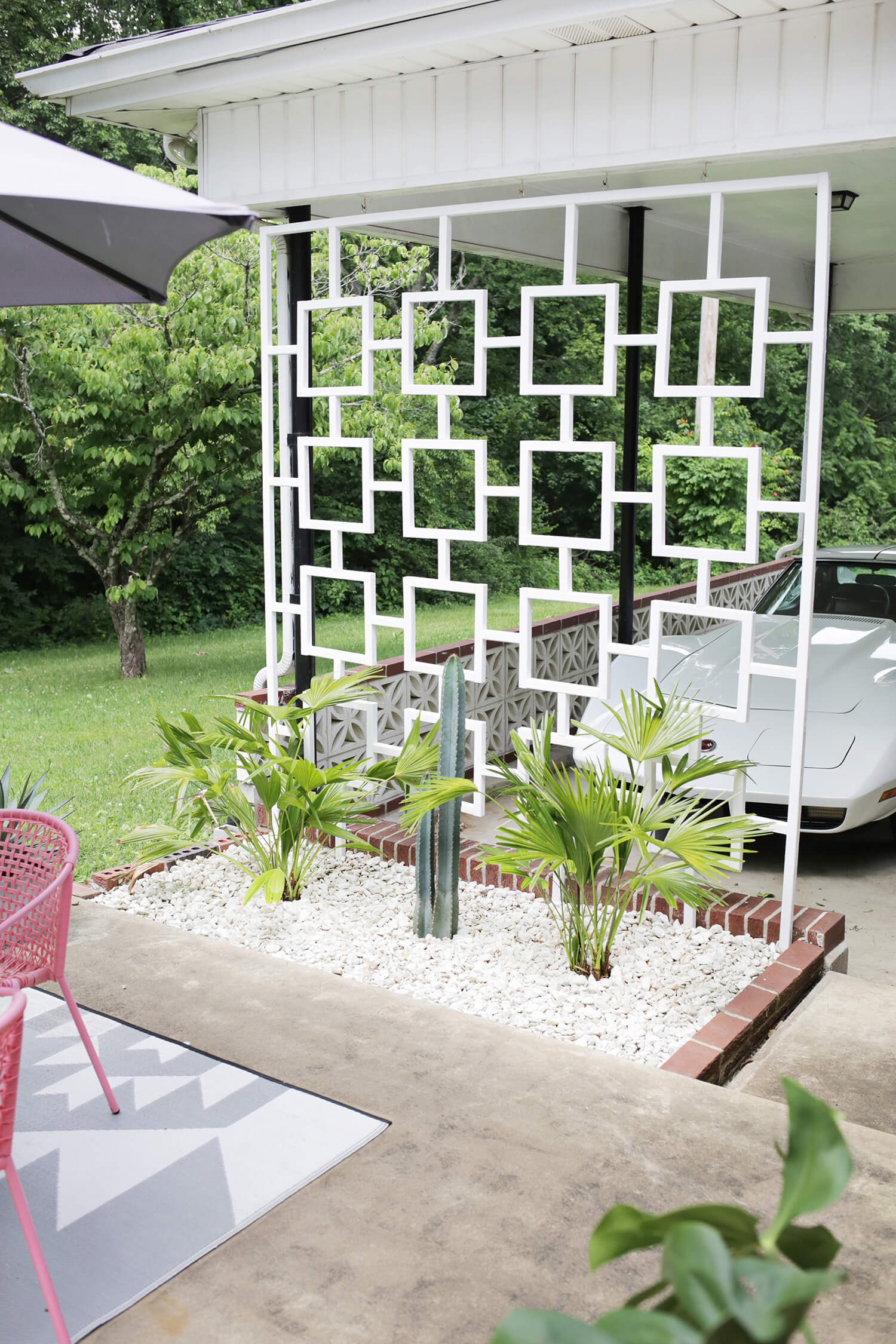 Mid Century Trellis DIY! (click through for tutorial)