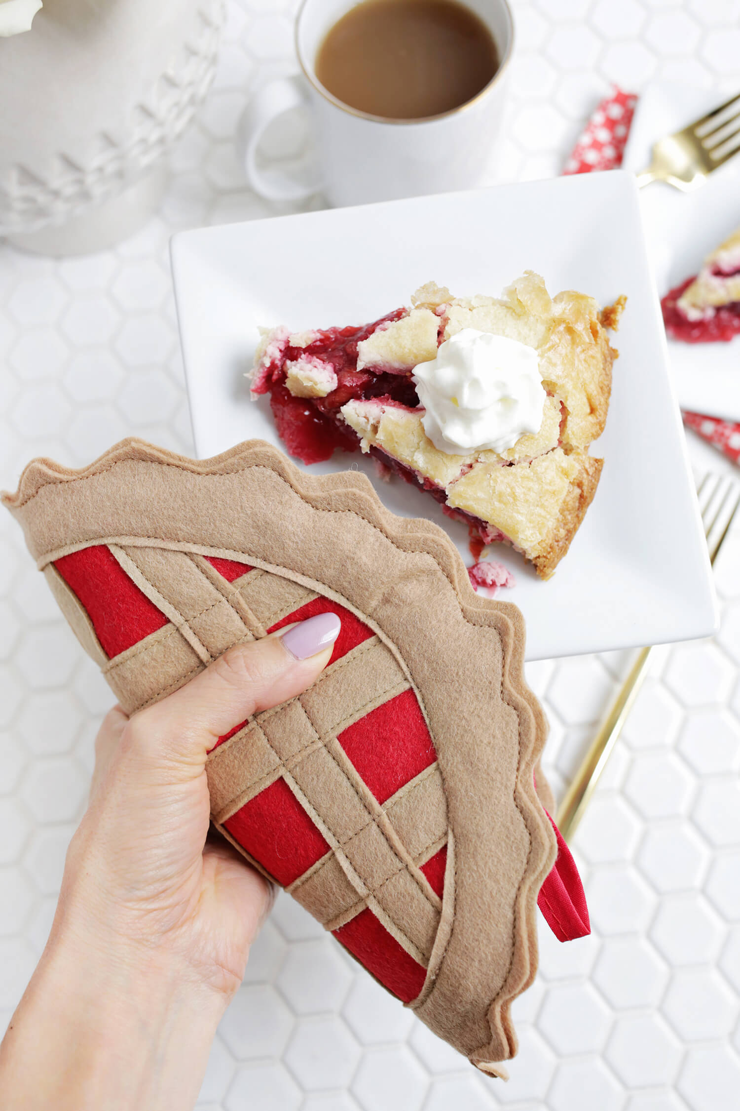 Cherry Pie Potholder DIY (click through for tutorial)