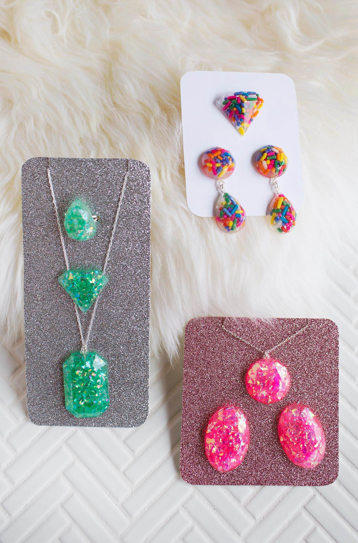 Diy epoxy resin jewelry a beautiful mess diy epoxy resin jewelry via abeautifulmess solutioingenieria Choice Image
