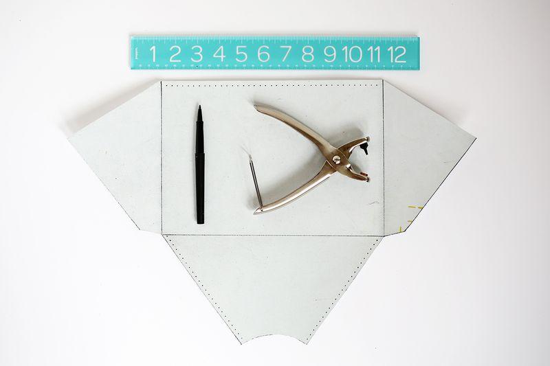So cute! colorblocked envelope clutch DIY (click through for tutorial)
