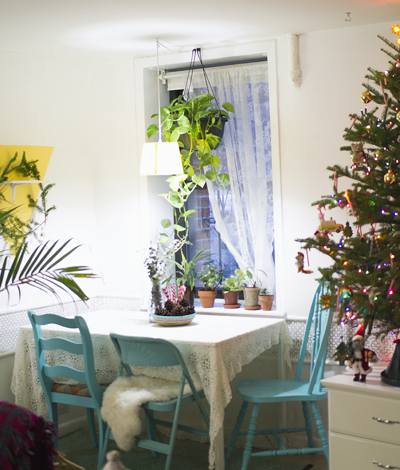 So helpful! Holiday Tips for Decorating a Small Space (click through for more)