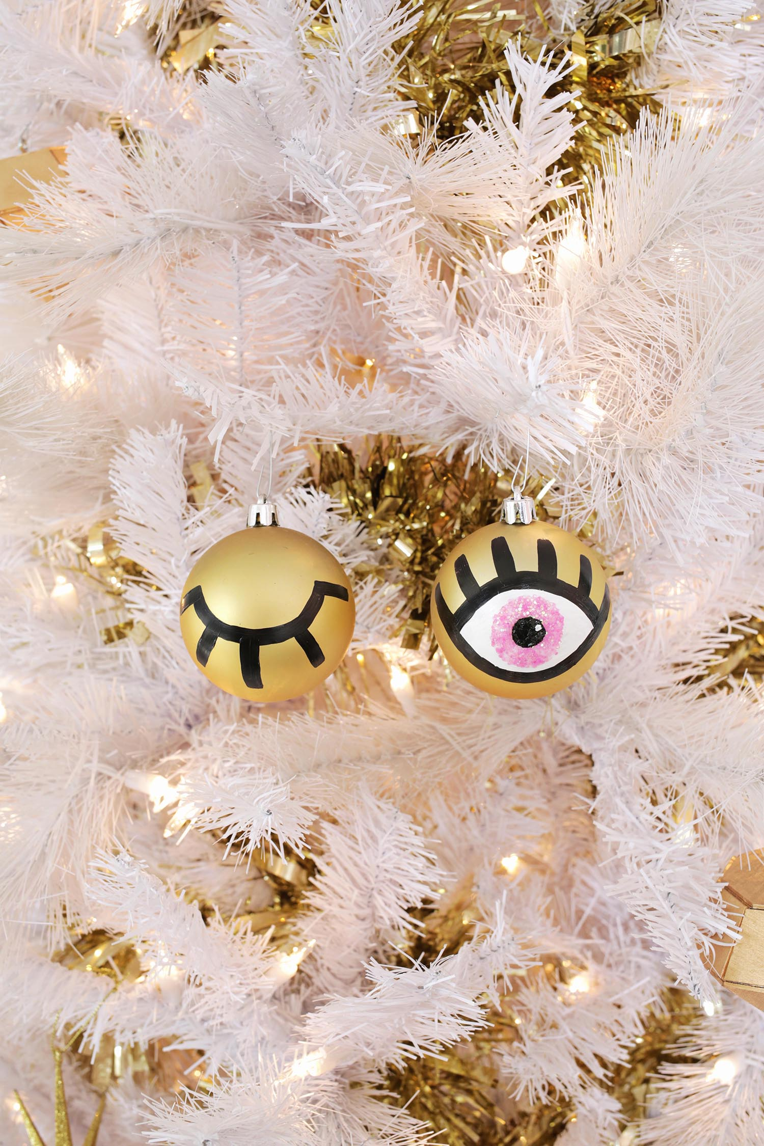 AGH! So cute! Eye ornament DIY (click through for tutorial)