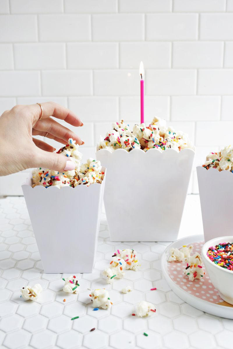 Gimmie! Birthday cake popcorn! (click through for recipe)