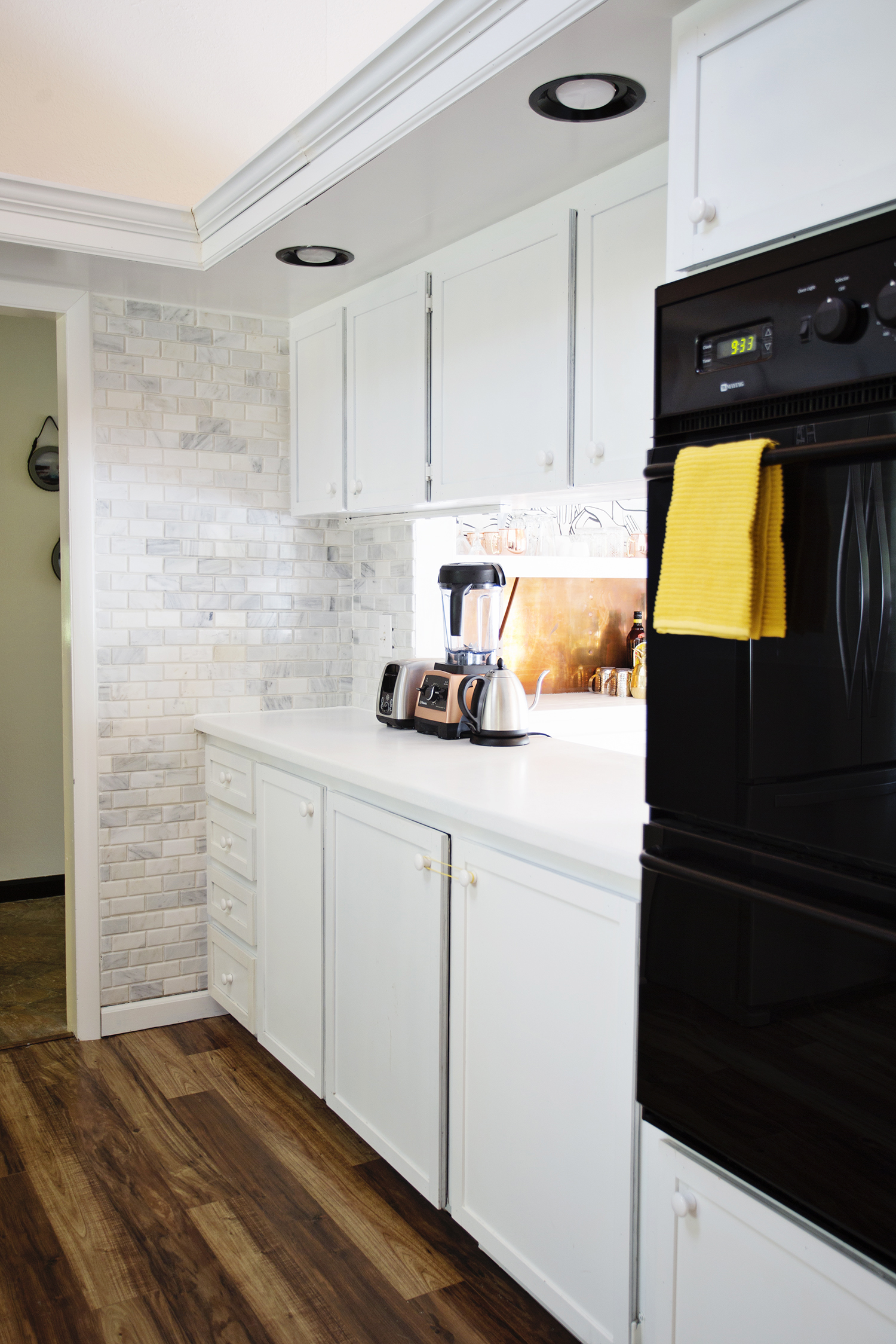 Modern kitchenn (via abeautifulmess.com)