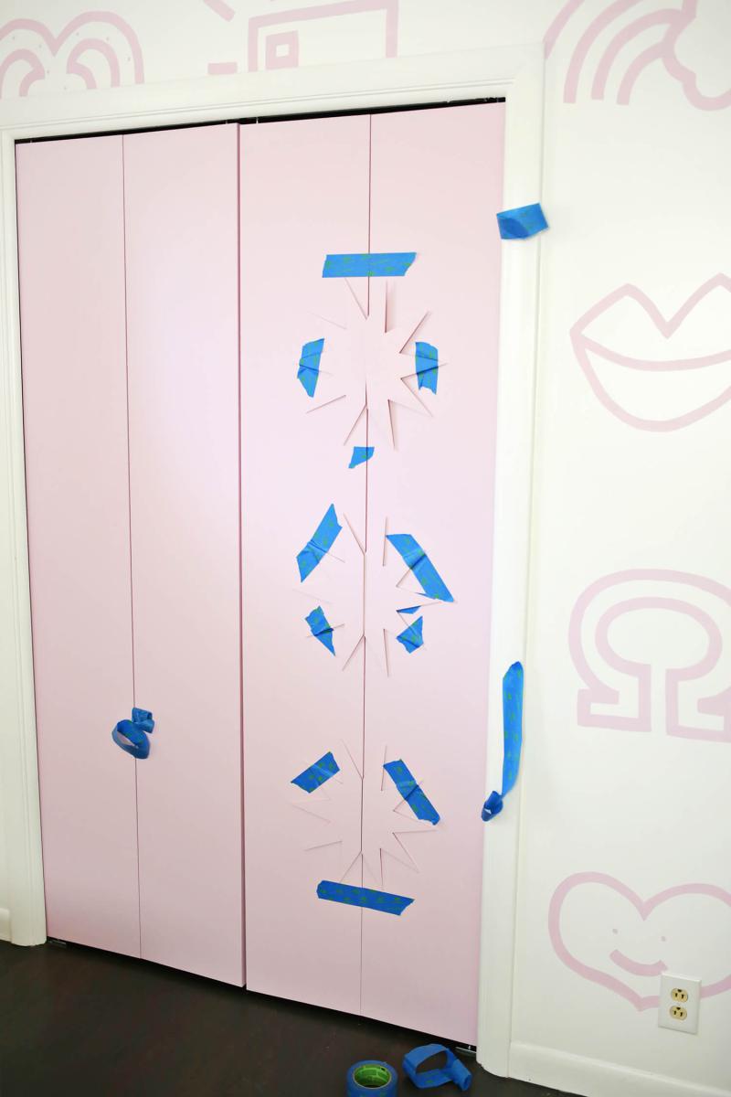 Star Trim Closet Door DIY (click through for tutorial)