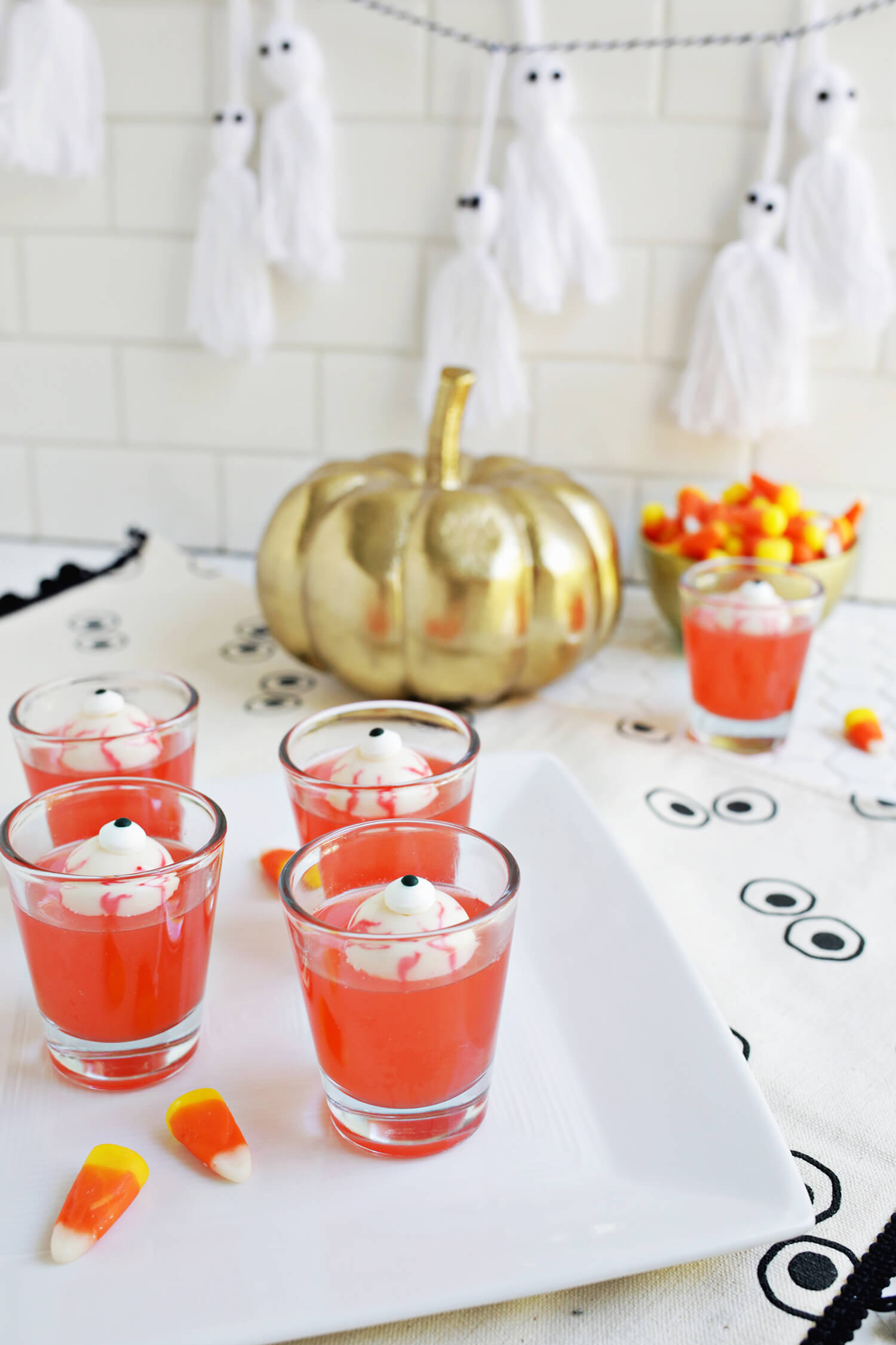 So fun! Spooky Eye Jello Shots (click through for tutorial)