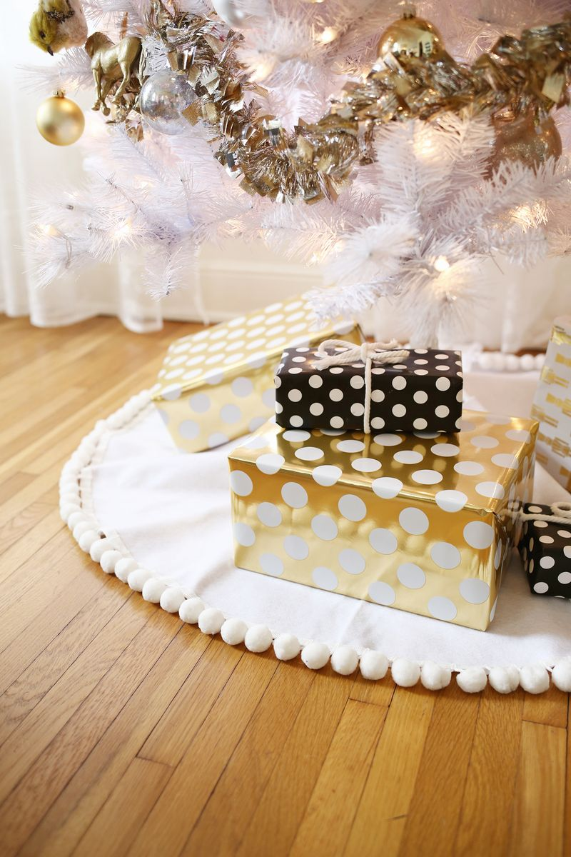 3 easy no sew tree skirts a beautiful mess click through for tutorial so easy no sew tree skirt 3 ways click through for tutorial solutioingenieria Choice Image