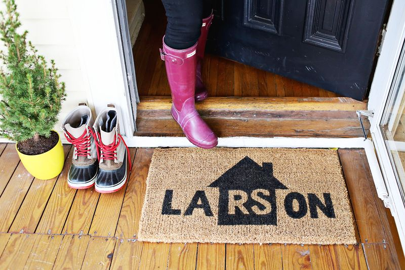 Make your own personalized door mat (click through for tutorial)
