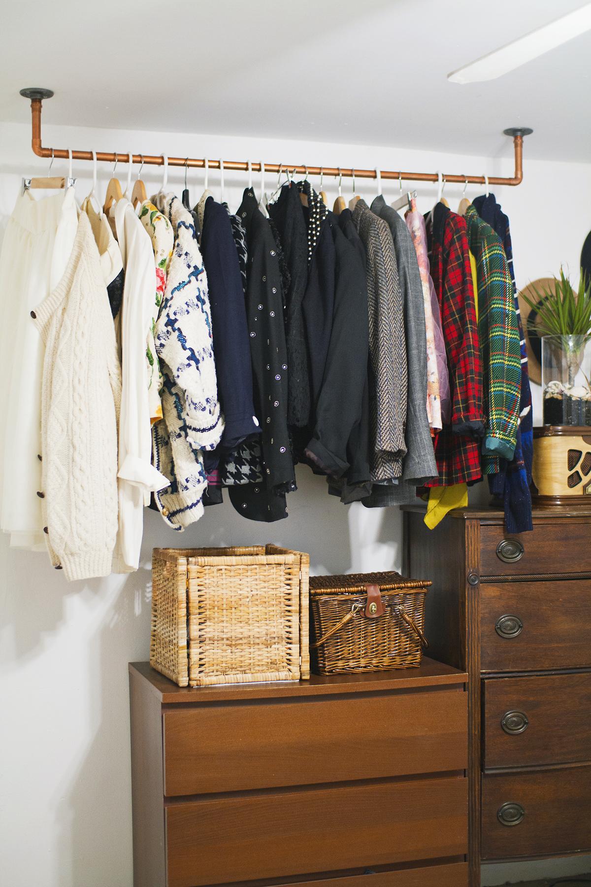 Hanging copper pipe garment rack (click through for DIY details!)