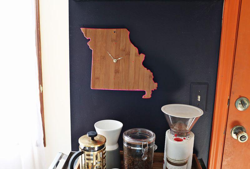Easy diy clock from a cutting board (via abeautifulmess.com)