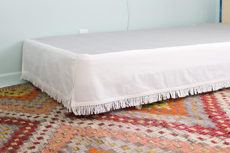 Fácil e barato velcro bedskirt tutorial